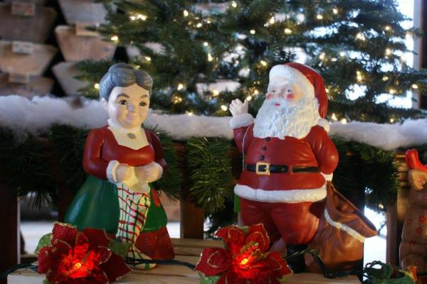 mr & mrs clause figurines