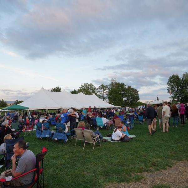 audience of a Deer Run Winery concert